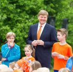 25-04-2014 Ens King Willem-Alexander at the start of the King games 2014 at the Lichtschip, Horizon and Regenboog schools in Ens. The students starts with breakfast ans sports. 5.427 schools and 1.1 million students participated at the games. Part of the games is the world record 'together dancing and singing on the beat of Doe de Kanga''.  © PPE/v.d. Werf
