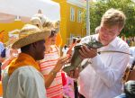 16-11-2013 Bonaire Queen Maxima and King Willem-Alexander looking at a leguaan at the Wilhelminaplein Kralendijk on the 4th day of the 10 day visit to the Dutch Antillen, Bonaire. © PPE/Nieboer