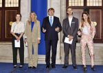 05-10-2017 Amsterdam King Willem-Alexander with Suzie van Staveren, Janine van Oene, Niek Hendrix and Vera Gulikers during the Vrije Schilderkunst award ( Free painting 2017) at the royal palace in Amsterdam.