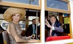 10-10-2017 Portugal Queen Maxima and King Willem-Alexander in a 'electrico' tram in the areas Mouraria and Intendente on the 1st day of the 3 day statevisit to Portugal. 