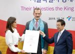 24-10-2019 Korea Queen Letizia and King Felipe receives the honorary Seoul citizenship from Seoul mayor Park Won-soon (R) at the Seoul City Hall in Seoul on the 2nd day of the 2 day visit to Seoul, South Korea.